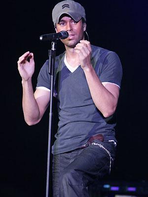 Enrique Iglesias cantando