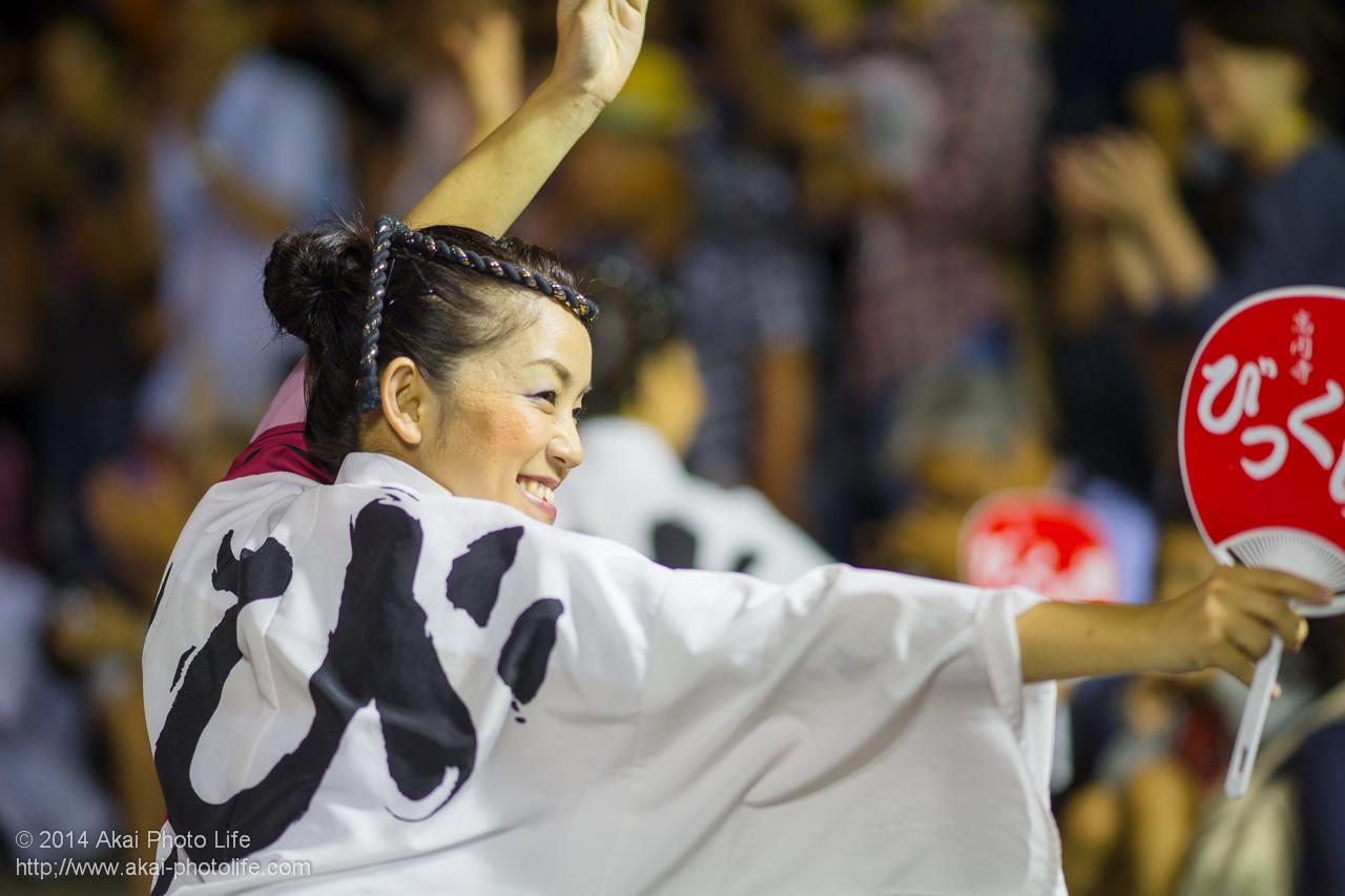 びっくり連の女性の踊り手