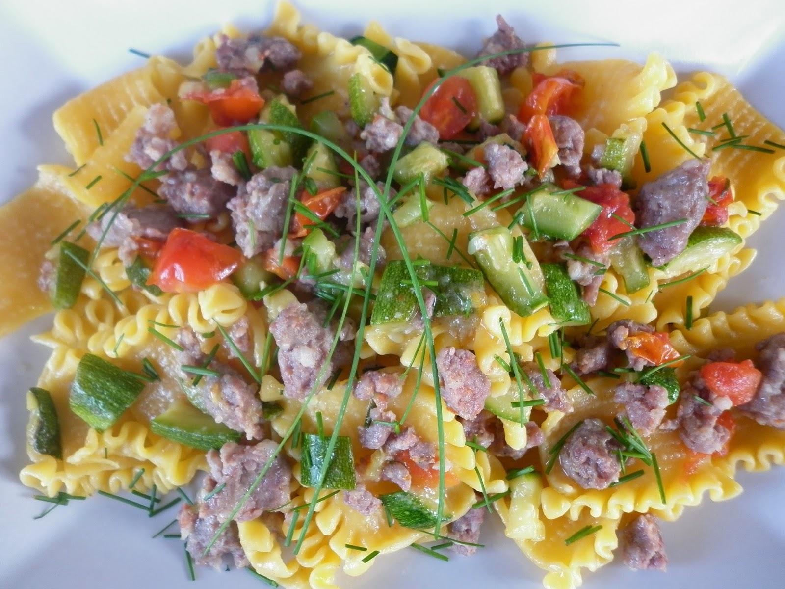 stracci toscani all'uovo con salsiccia,zucchine e pomodorini