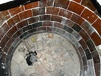 Interior d'una de les tines folrada de cairons envernissats