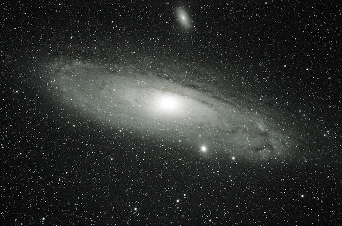 Galaxia de Andrómeda en blanco y negro.