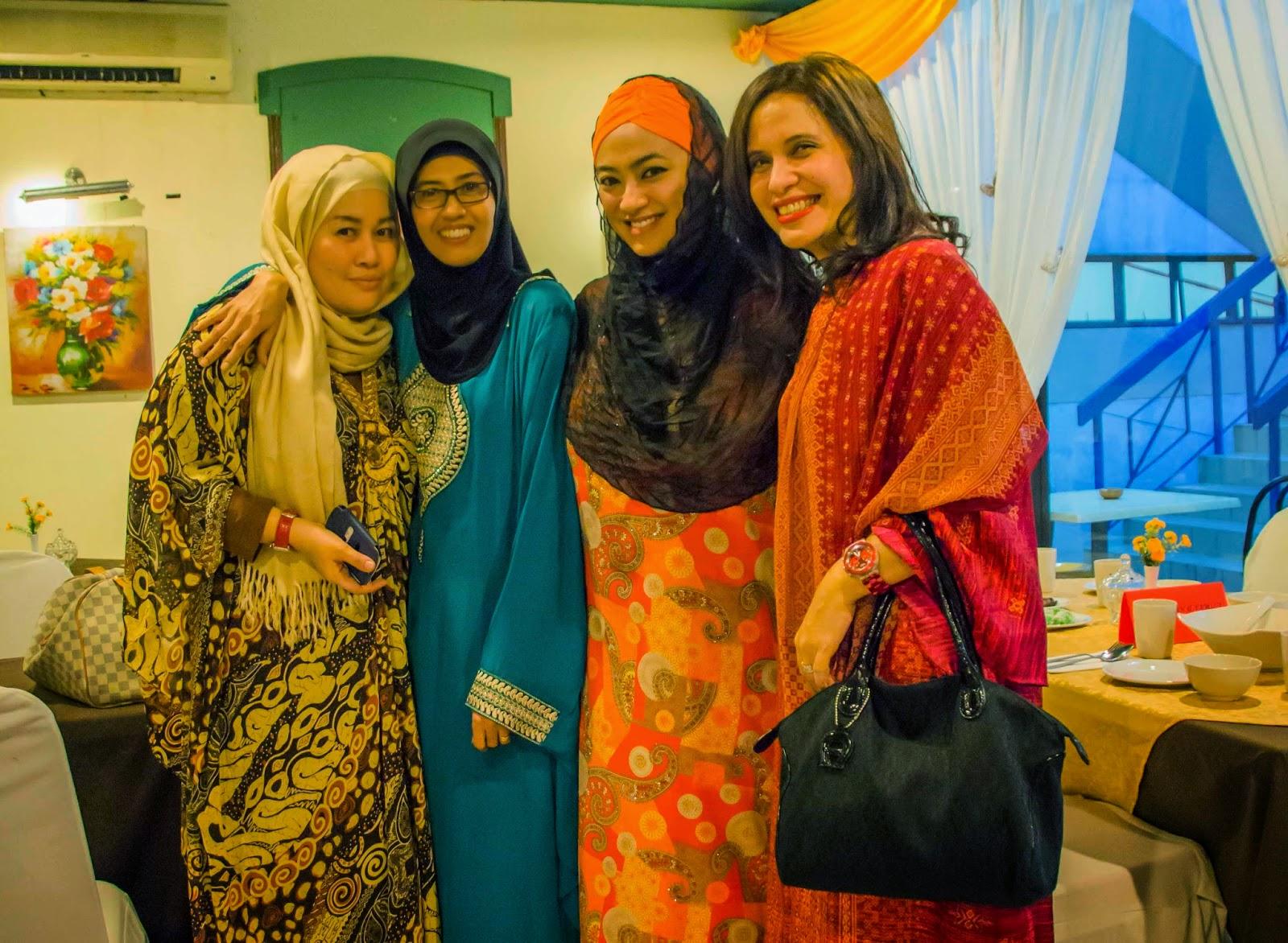 Foto Diatas Adalah Teman Teman Saya Di Malaysia Rein Ana Dan Jen Retno Dimana Saya Dan Keluarga Diundang Untuk Acara Buka Puasa Bersama Di Executive Club