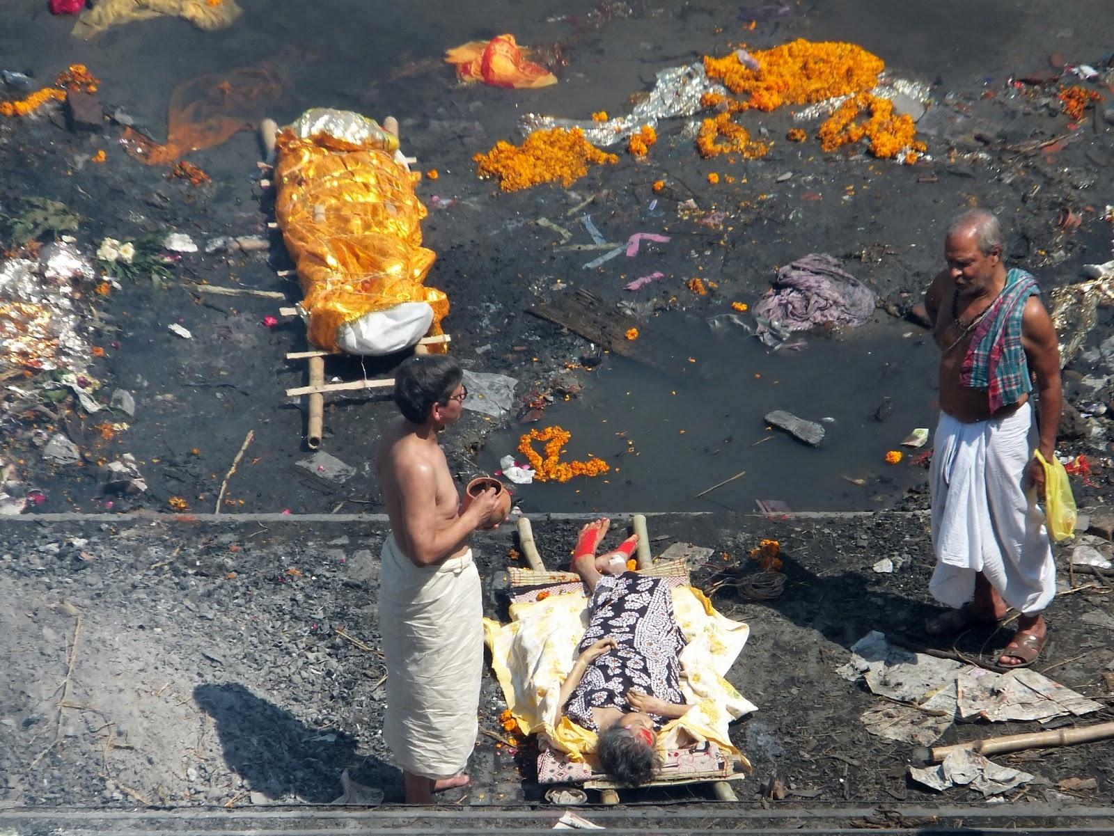 процесс кремации на берегу Ганга