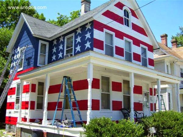 Casa americana con la bandera de Estados Unidos pintada en sus fachadas