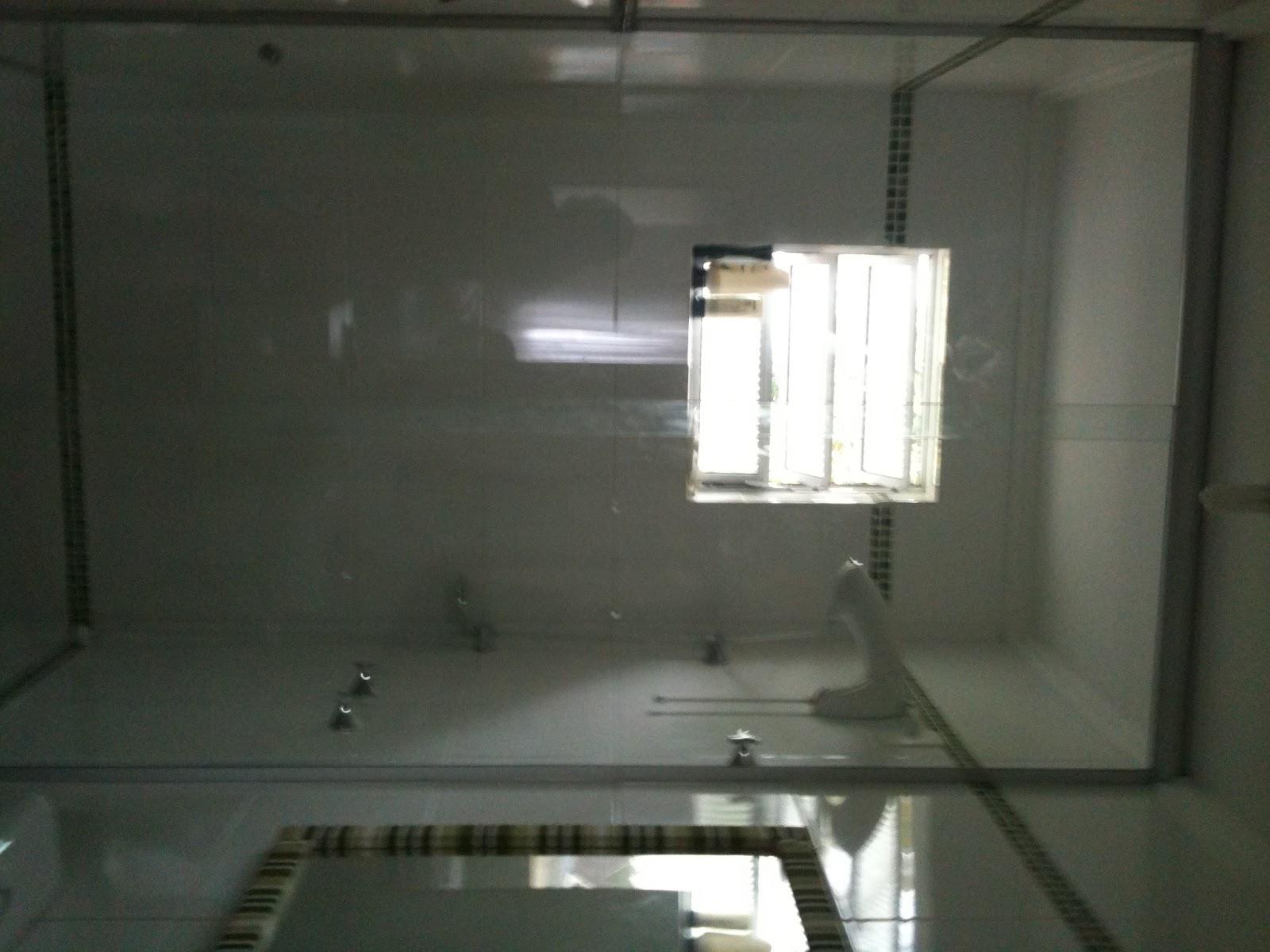 Vidro do box vai até o teto para não vaporizar o banheiro todo! #746F57 1600x1200 Banheiro Azulejo Ate O Teto