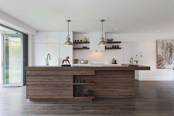 en el bao tambin ha usado la madera para el suelo y da esa sensacin que nos da la casa en general un espacio muy natural dentro esa modernidad que