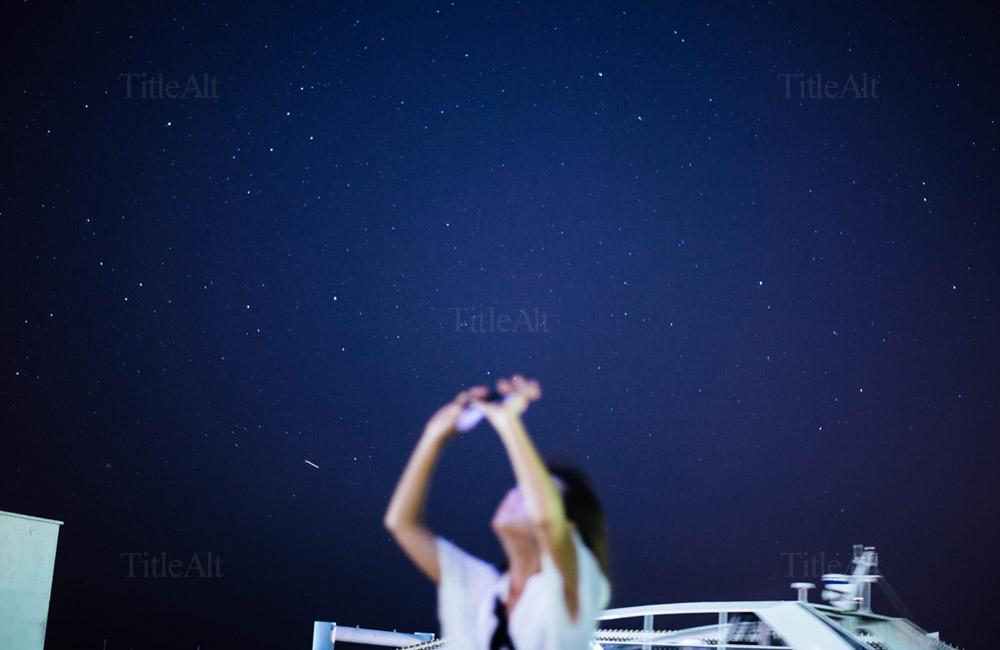 夏の石垣島の夜空を撮る人の写真
