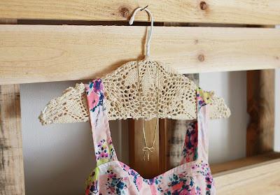 Decora tus perchas o colgadores con tapetes de crochet