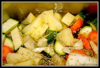 verdure crude in pentola con olio sale e rosmarino