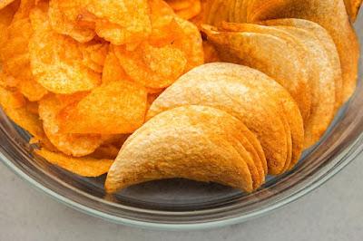 Kerepek kentang atau potato chips yang tinggi sodium dan lemak trans