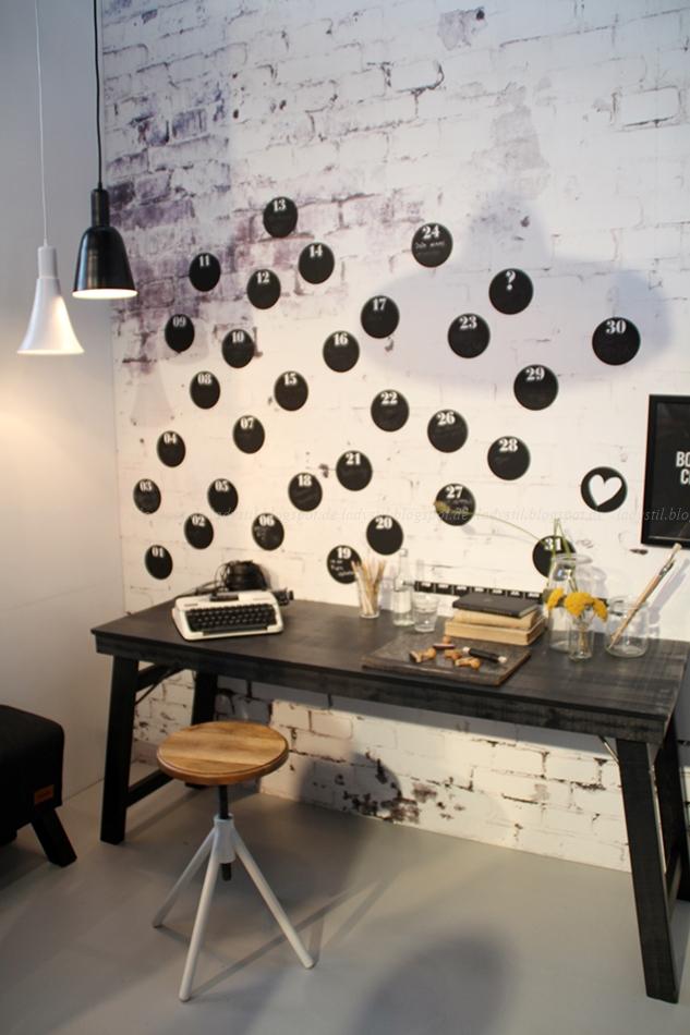 Karwei Büro Office in schwarz weiß Holz mit Klebepunkten als Wandkalender