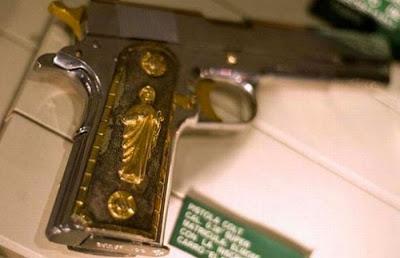 357 Magnum semi automática con agarres dorados sólidos