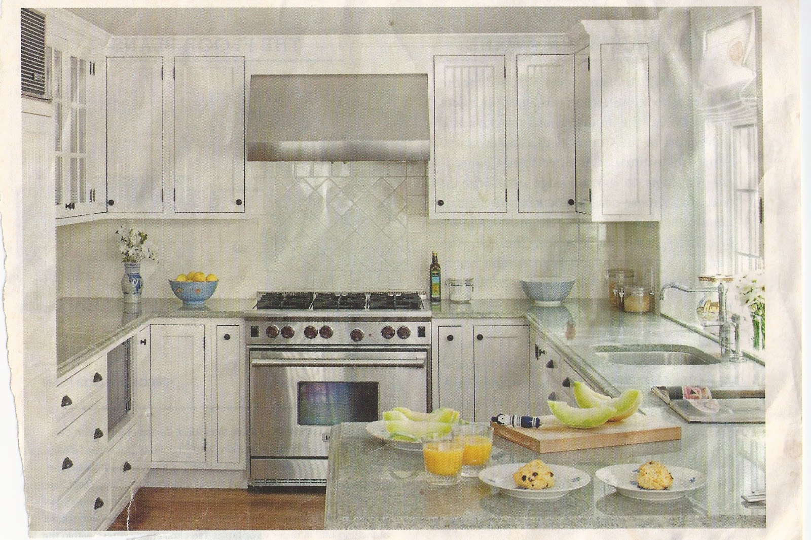 Last but not leaks beautiful bright small kitchen for Beautiful small kitchens