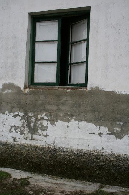 Deterioro de fachada por humedad.