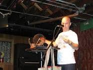Homem falando ao microfone apresenta o bingo. Anedotas da vida real
