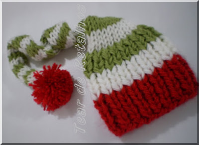 Touca em tricô artesanal feita com três cores (verde, branco e vermelho) listras verdes e brancas com pompom e testeira vermelhos.