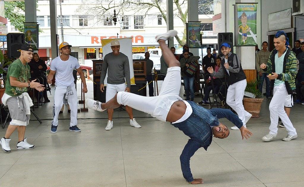 Dançarinos movimentam rodoviária de Teresópolis