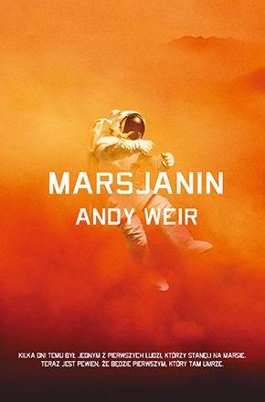 Andy Weir napisał książkę inną niż wszystkie. Marsjanin jest jedyny w swoim rodzaju. Marsjanin, mimo swoich wad wciąga i wzbudza różnorakie uczucia. Ciężko opisywać taką książkę, gdy się człowiek nie zna na kosmicznych podróżach, wszystkich tych procedurach i skomplikowanych mechanizmach. Jedno jest pewne - wiele z tej książki się dowiedziałem o przestrzeni pozaziemskiej i naszym czerwonym przyjacielu. Dlaczego zdecydowałem się na tą lekturę? Tematyka inna niż wszystkie, no i okładka, która bardzo mi się podoba. Szczerze? Nastawiałem się, że to będzie najlepsza książka, jaką miałem przyjemność czytać w tym roku. Czy słusznie?    Mark Watney ma przesrane. Jako uczestnik misji Ares 3 miał być jednym z pierwszych ludzi na Marsie. Teraz wie, że będzie pierwszym, który tam umrze. W skutek burzy piaskowej jego kompani uznali go za zmarłego i szybko ewakuowali się z czerwonej planety, pozostawiając na niej ciało Marka. Ten jednak żyje i pozostawiony na pastwę losu musi sobie radzić. Marsjanin pokazuje nierówną rywalizację człowieka z surowymi warunkami Marsa. Ta książka jest o przetrwaniu i niezwykłemu instynktowi człowieka - mimo że jest skazany na śmierć, będzie walczył do końca.  Zacznijmy od kilku aspektów, na które warto zwrócić uwagę. TO NIE JEST KSIĄŻKA DLA KAŻDEGO! Trzeba w nią wejść, zrozumieć, przyzwyczaić się i dać szansę. Moje pierwsze słowa po kilku stronach powieści? Boże! To on tak cały czas będzie mówił i mówił? Mogłoby się wydawać, że tak będzie wyglądać ta książka - będzie swoistym dziennikiem, zapisem poszczególnych dni.. przepraszam, solów na Marsie, podczas których Mark będzie robił wszystko by przeżyć. Na szczęście autor wprowadza później pewne modyfikacje, które ułatwiają lekturę, a akcja zaczyna nabierać rumieńców. Nie do końca lubiana przeze mnie narracja pierwszoosobowa początkowo dała mi w kość i nie mogłem się do niej przyzwyczaić, jednak gdy już wsiąknąłem w przygody astronauty, poszło jak z płatka.  Po drugie, lub po trzecie - Mark jest inżyni