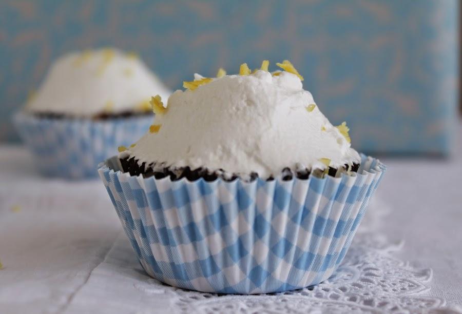 Cupcakes rellenos de lemon curd y crema de limón: un éxito en sabor y textura