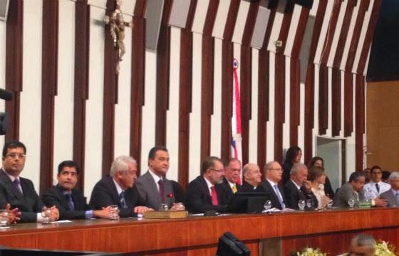 Autoridades políticas e religiosas compuseram a bancada durante a sessão (Foto: Reprodução / Internauta iBahia)
