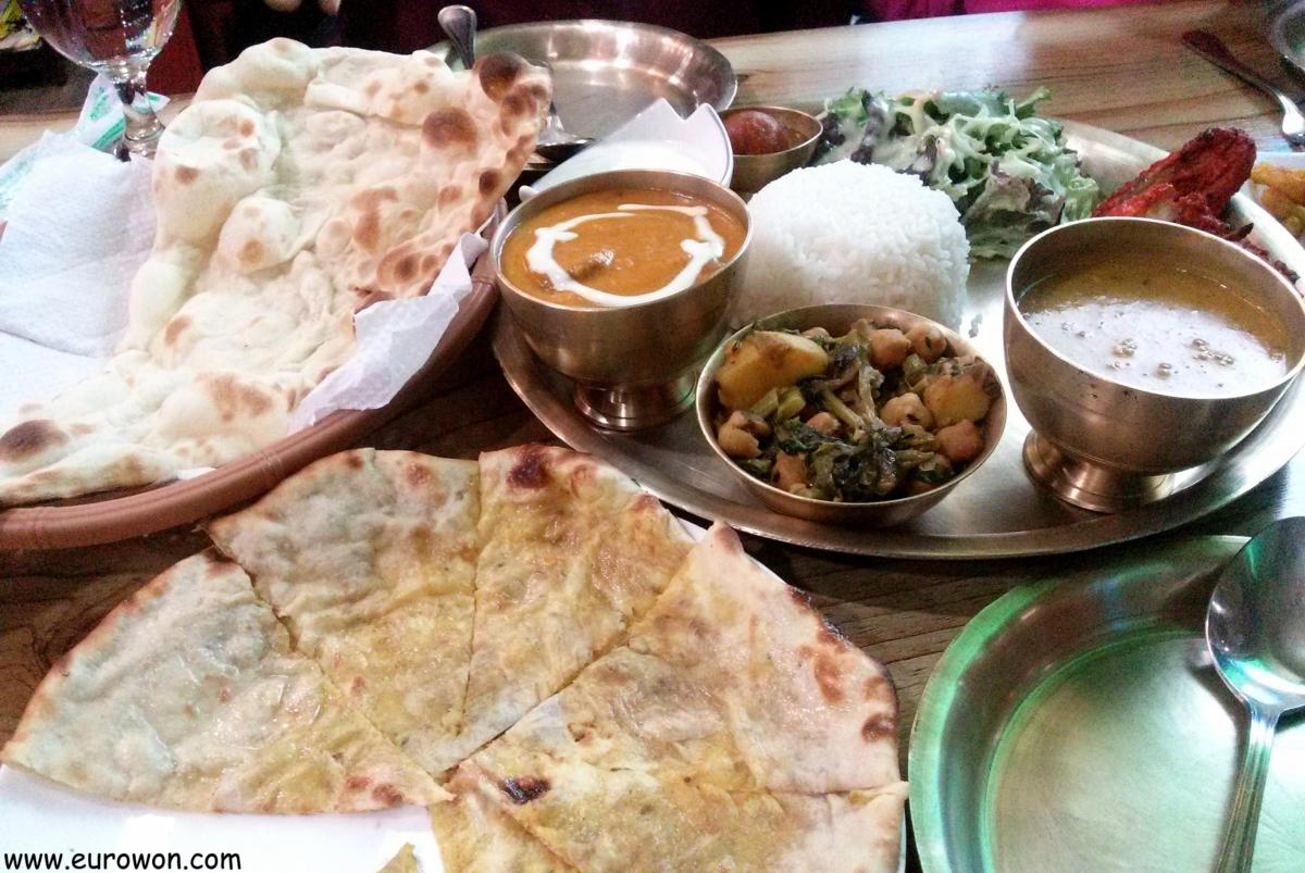 Comida nepalí en un restaurante indio de Seúl