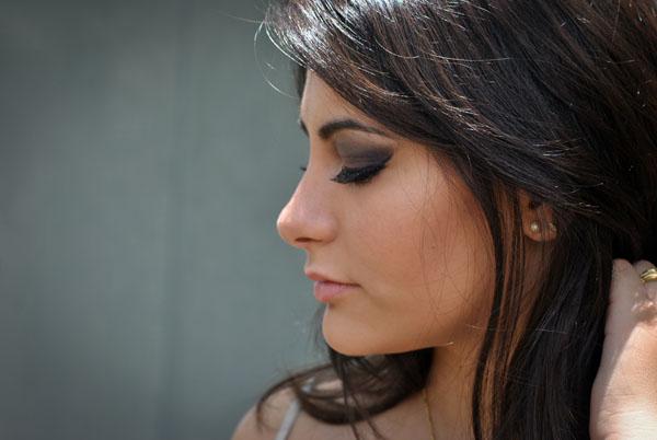 Bárbara Urias - maquiagem: olho marcado com sombra marrom e dourada da paleta NAKED 2 da Urban Decay