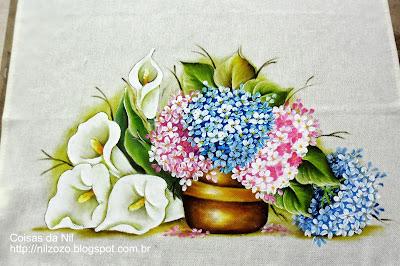 pintura em tecido vaso com hortensias e copos de leite