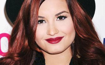 Ünlü Disney Şarkıcısı Demi Lovato Kızıl Saç Rengi ve Dalgalı Saç modeli, Siyah şapkası