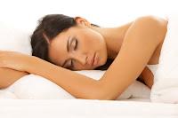 apakah berbahaya tidur terlalu lama, dampak banyak tidur, gambar orang tidur nyenyak