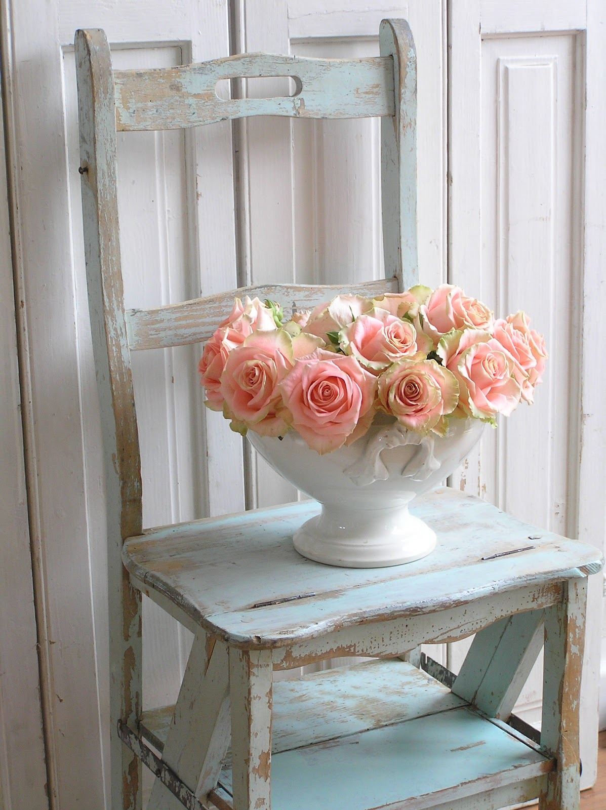 pastels and whites brocante trap stoel old stool stepladder. Black Bedroom Furniture Sets. Home Design Ideas