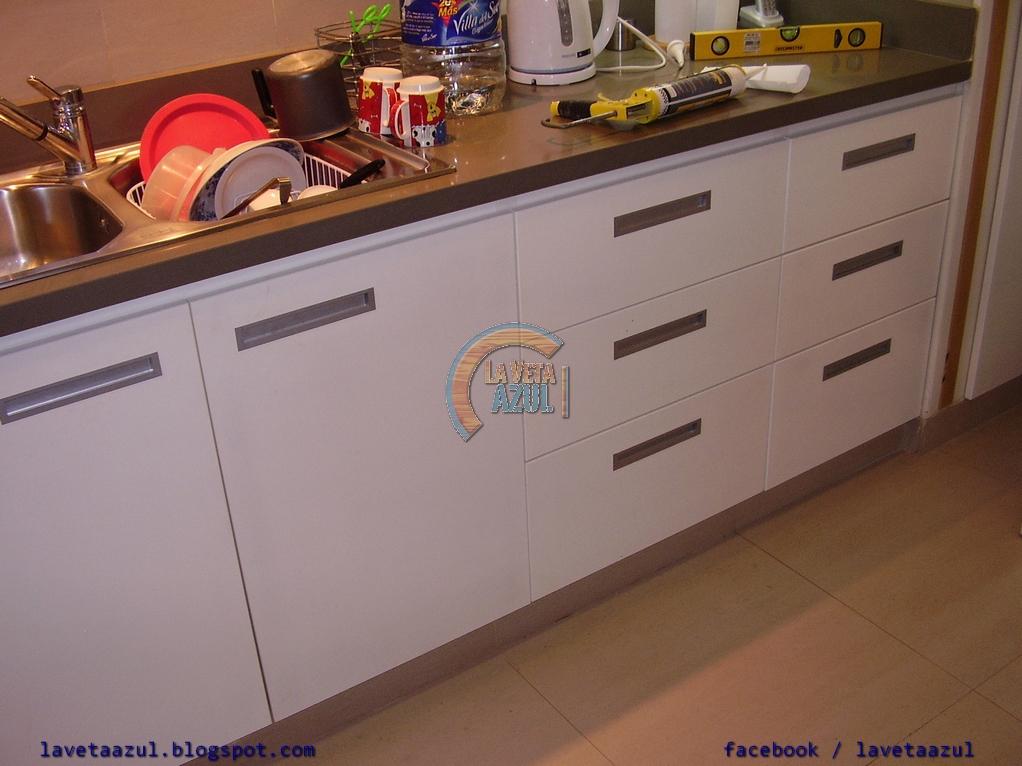 La veta azul mueble de cocina laqueado en blanco brillante for Muebles de comedor diario
