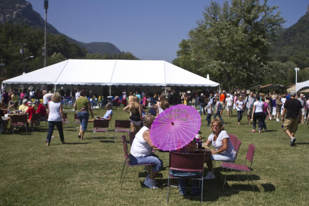 A free daily visitor guide for the north carolina for Lake lure arts crafts festival