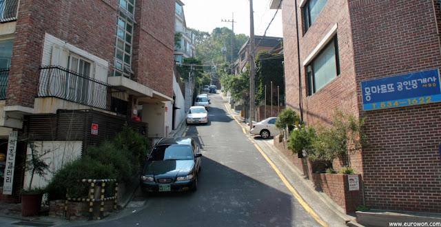 Calle típica de un barrio de Seúl