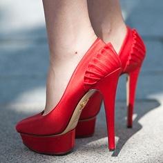 Kırmızı çekici ayakkabı