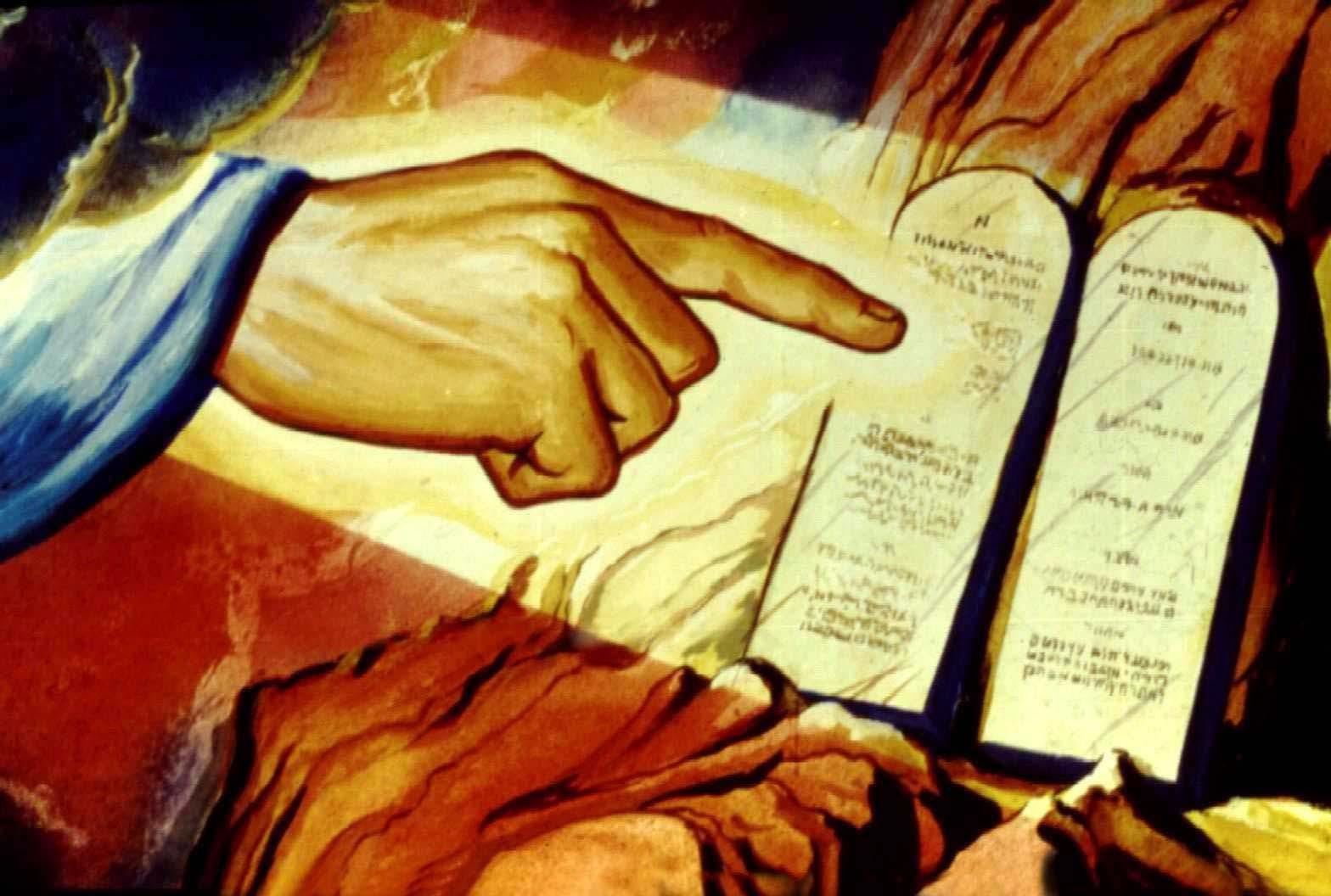 Del Evangelio según Marcos 7,1-13 Se reúnen junto a él los fariseos, así como algunos escribas venidos de Jerusalén. Y al ver que algunos de sus discípulos comían con manos impuras, es decir no lavadas, -es que los fariseos y todos los judíos no comen sin haberse lavado las manos hasta el codo, aferrados a la tradición de los antiguos, y al volver de la plaza, si no se bañan, no comen; y hay otras muchas cosas que observan por tradición, como la purificación de copas, jarros y bandejas-. Por ello, los fariseos y los escribas le preguntan: «¿Por qué tus discípulos no viven conforme a la tradición de los antepasados, sino que comen con manos impuras?» Él les dijo: «Bien profetizó Isaías de vosotros, hipócritas, según está escrito: Este pueblo me honra con los labios, pero su corazón está lejos de mí. En vano me rinden culto, ya que enseñan doctrinas que son preceptos de hombres. «Dejando el precepto de Dios, os aferráis a la tradición de los hombres.» Les decía también: «¡Qué bien violáis el mandamiento de Dios, para conservar vuestra tradición! Porque Moisés dijo: Honra a tu padre y a tu madre y: el que maldiga a su padre o a su madre, sea castigado con la muerte. Pero vosotros decís: Si uno dice a su padre o a su madre: `Lo que de mí podrías recibir como ayuda lo declaro Korbán -es decir: ofrenda-', ya no le dejáis hacer nada por su padre y por su madre, anulando así la palabra de Dios por vuestra tradición que os habéis transmitido; y hacéis muchas cosas semejantes a éstas.»  3) Reflexión • El Evangelio de hoy habla de las costumbres religiosas de aquel tiempo y de los fariseos que enseñaban estas costumbres a la gente. Por ejemplo, comer sin lavarse las manos o, como ellos decían, comer con manos impuras. Muchas de estas costumbres estaban desligadas de la vida y habían perdido su sentido. Sin embargo se conservaban o por miedo o por superstición. El Evangelio nos trae algunas instrucciones de Jesús respeto de esas costumbres.