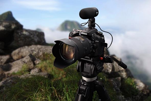 Fotografia della fotocamera Nikon D7100 su di un cavalletto in cima ad una montagna