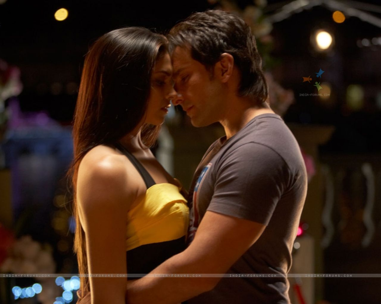 http://3.bp.blogspot.com/-qNdSt76BUhA/UNHcjYCq_mI/AAAAAAAADgM/AVs2nArpQPk/s1600/31353-saif-and-deepika-romantic-scene-in-love-aaj-kal-movie.jpg