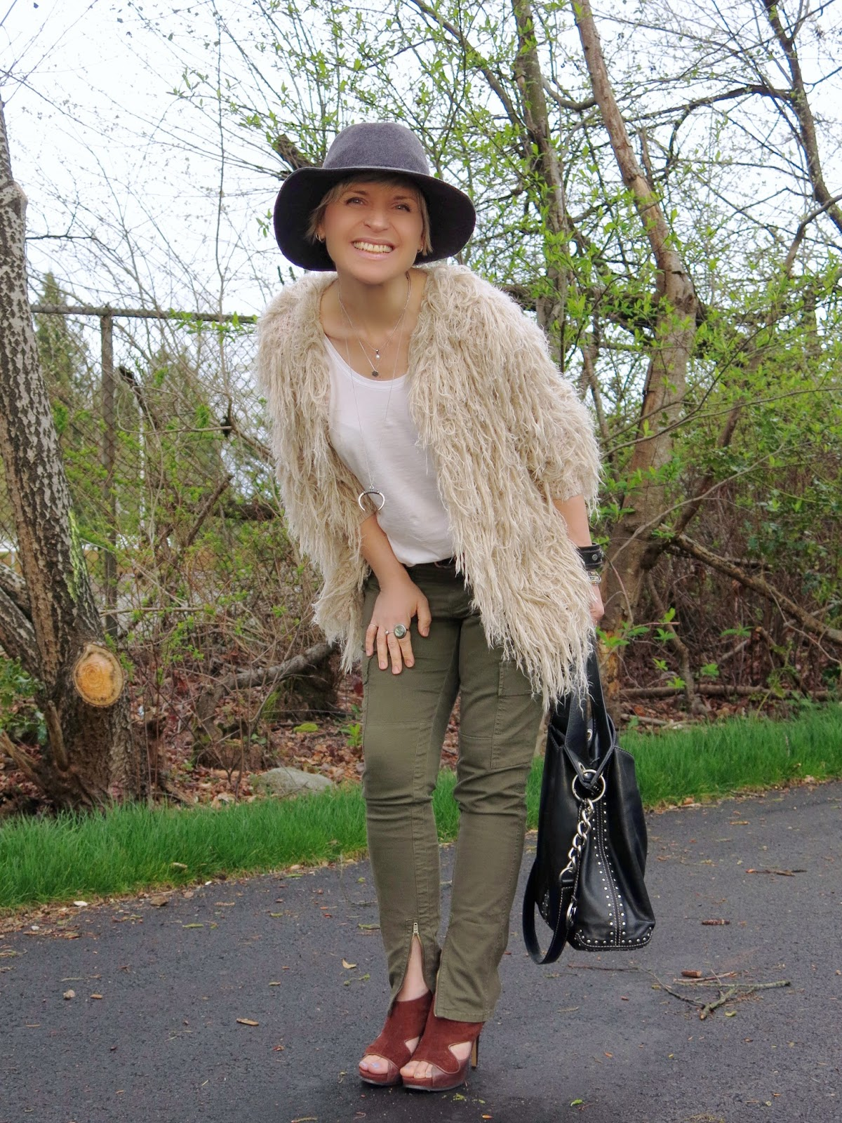 styling skinny cargo pants with a shaggy cardigan and floppy hat