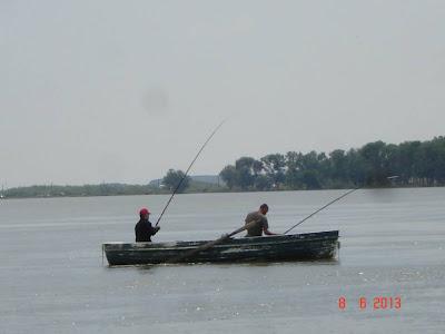 la pescuit in barca cu rame