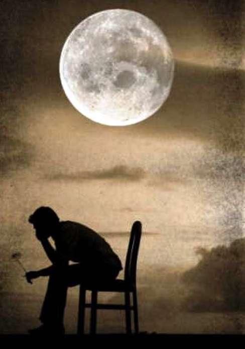 hombre solo bajo la luna