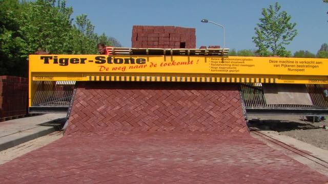 Hebat Alat Berat Ini Membantu Pemasangan Paving Block
