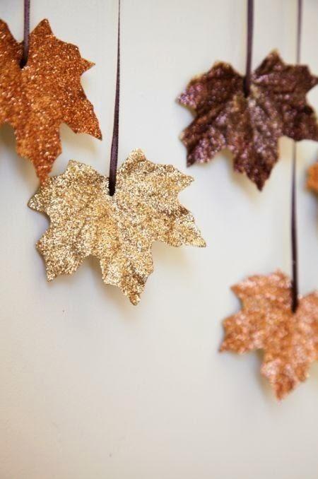 DIY mariage Feuilles dorées peinte paillettes aux couleurs de l'automne , décoration à faire soi même pour un mariage . Belle décoration mariage d'automne facile à faire
