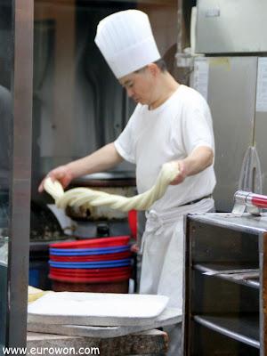 Cocinero chino haciendo fideos a mano en Corea del Sur