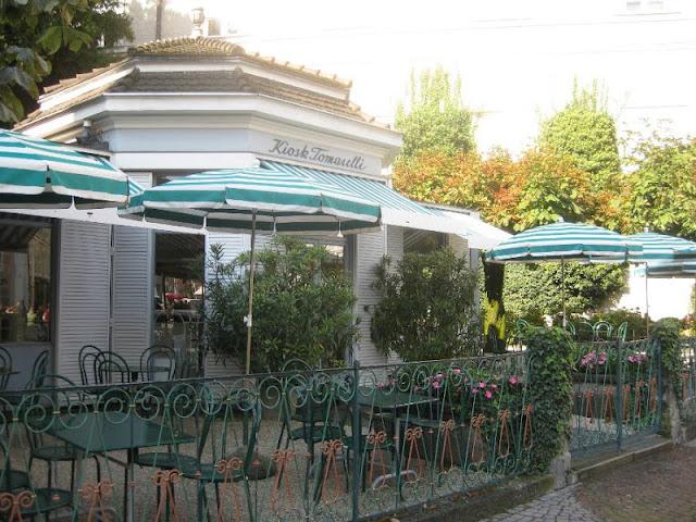 Wer keinen Platz im Café Tomaselli in Salzburg findet, geht einfach in den Kiosk!