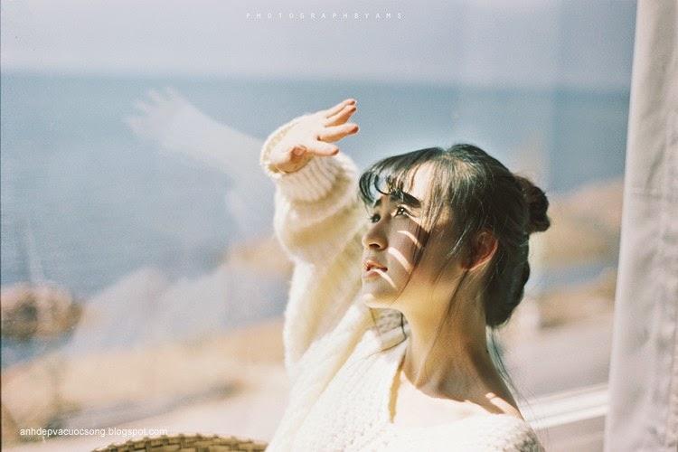 Thiếu nữ xinh đẹp đón ánh nắng ban mai 2