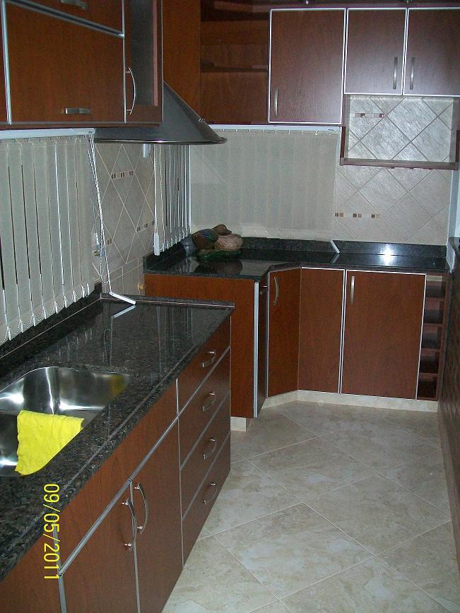 Mobilack cocina en melamina cedro puertas con tapacantos for Puertas de cocina de aluminio