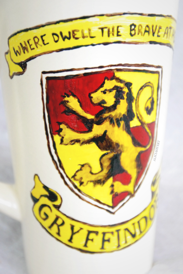 aliciasivert, alicia sivertsson, harry potter, gryffindor, cup, mug, lion, porcelain painting, painted, handicraft, craft, mla p porslin, porslinsmlning, lejon, elevhem, handarbete