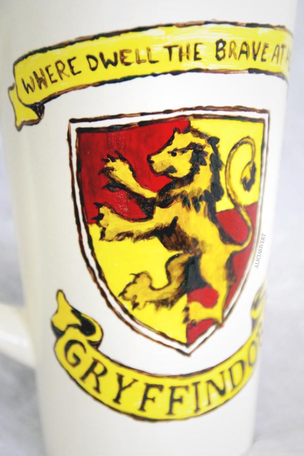 aliciasivert, alicia sivertsson, harry potter, gryffindor, cup, mug, lion, porcelain painting, painted, handicraft, craft, måla på porslin, porslinsmålning, lejon, elevhem, handarbete
