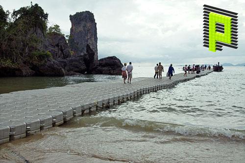 Ponton entre la plage et la mer des traductions