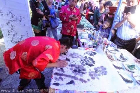 Han Xiaoming Melukis Dengan Lidahnya